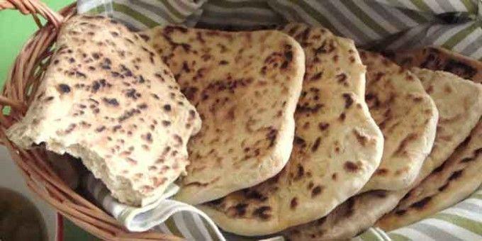 Domácí chlebové placky |  5 šálkuhladká mouka 1 - 2 šálkymouka na posypání 2 šálkyvoda 1/2 lžičkysůl 1 bal.sušené droždí 1 lžičkajedlá soda 1 lžičkacukr