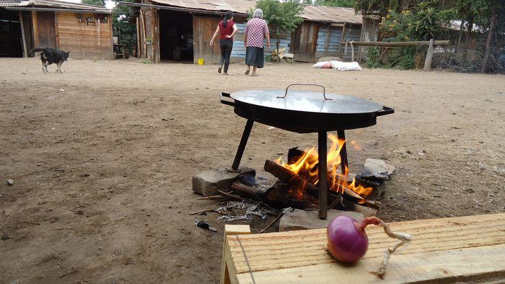 Cocinando en Parcela Peñalolén, Santiago, Chile.
