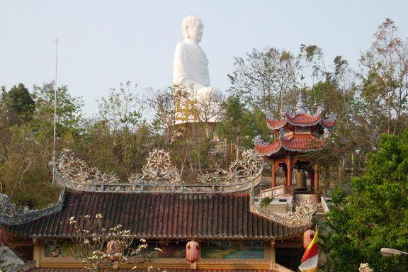 Buddhafigur højt hævet over byen i Nha Trang Vietnam. Fotograf: Susanne Randers