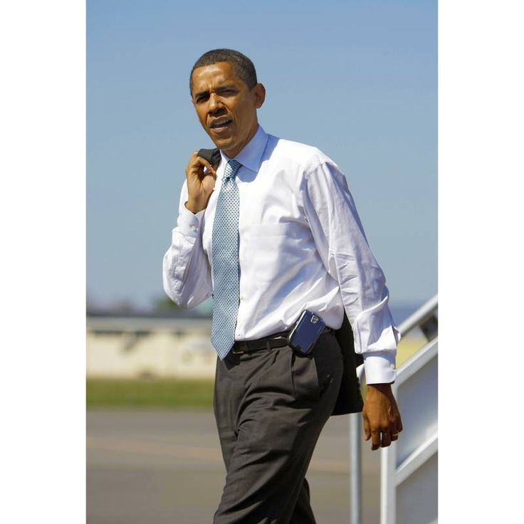 Democratic presidential candidate US Senator Barack Obama arrives at Williamsport regional airport prior to a townhall meeting at Lycoming College in Williamsport, Pennsylvania,  April 18, 2008.  Pennsylvania will hold its primary vote on April 22. AFP PH
