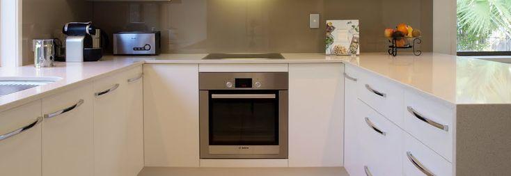 Keukens komen in alle maten en opstellingen voor. Zo is de wand vullende keuken het ...