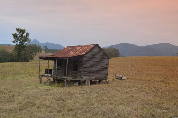 We came across this abandoned old cottage on the way to Queen Mary Falls, rustic old Australia