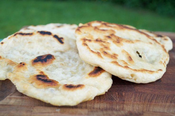 De her pandebrød - til pande, bål og grill er nemme at lave og så smager de rigtig godt. Der skal kun bruges 5 ingredienser, og dejen kan røres med en ske.