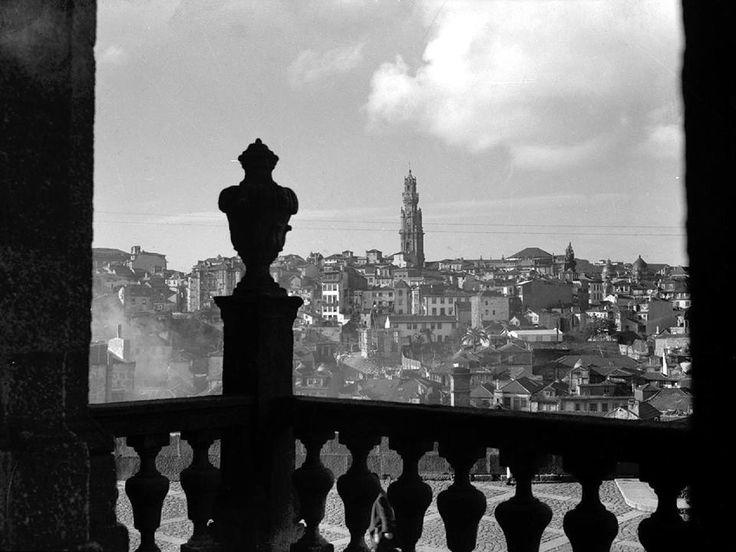 Torre dos Clérigos vista da galilé da Sé do Porto, c.1950.