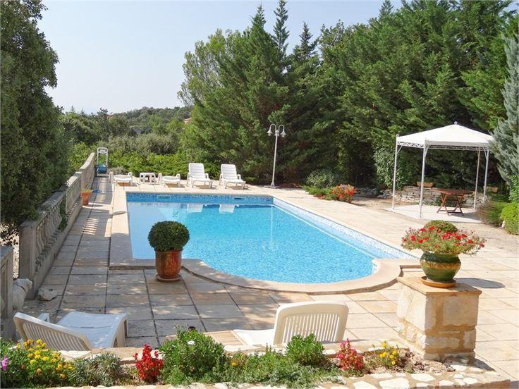 Charmante villa à vendre chez Capifrance à Arles dans le Gard !     > 175 m², 5 pièces dont 3 chambres et un terrain de 2200 m².     Plus d'infos > Hellissandre Millet, conseiller immobilier Capifrance.