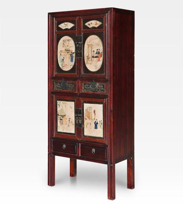 Armadio cinese finemente decorato e dipinto. Un mobile bello e spazioso con quattro antine e quattro cassetti, arreda la camera da letto come guardaroba, l'ingresso ma anche il living e l'ufficio.