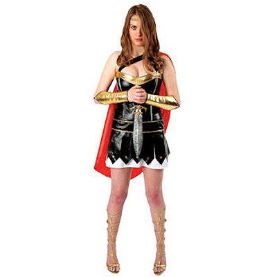 Mooi gladiator kostuum voor vrouwen bestaande uit een zwart jurkje, rode cape, gouden hoofdbandje en gouden mouwen voor over de onderarmen.