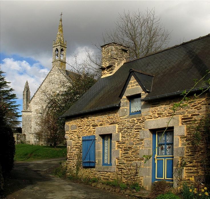 Village de Saint-Nicolas-des-Eaux et sa chapelle. Commune de Pluméliau…