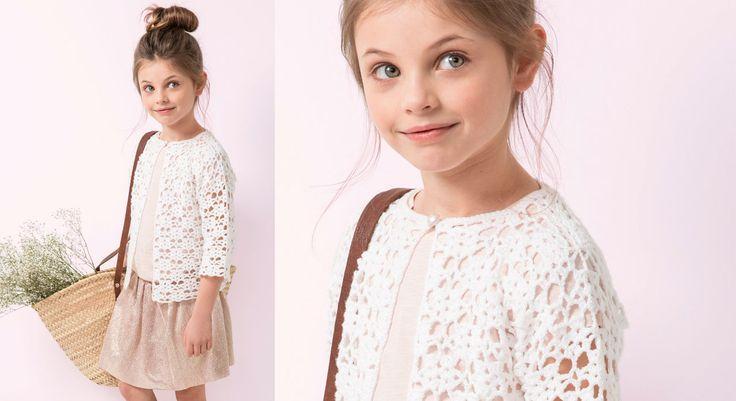 Chic et frais, ce modèle aux motifs aérés réalisé au crochet plaira aux petites filles. Tailles: a) 4 ans – b) 6 -7 ans – c) 8 ans – d) 10 ans – e) 12 ans. Le matériel Fil à ...