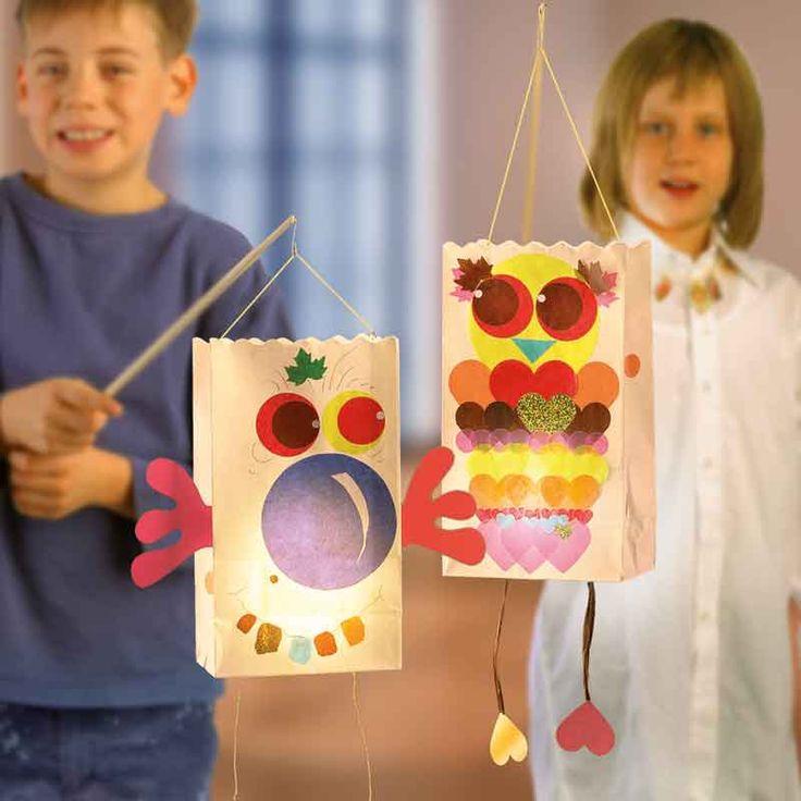 """Luminaria Laternen basteln (Idee mit Anleitung – Klick auf """"Besuchen""""!) - Diese wunderbar bunten Laternen sind tolle Partylichter für den nächsten Kindergeburtstag. Sie eignen sich als Tischdeko oder zum Aufhängen."""
