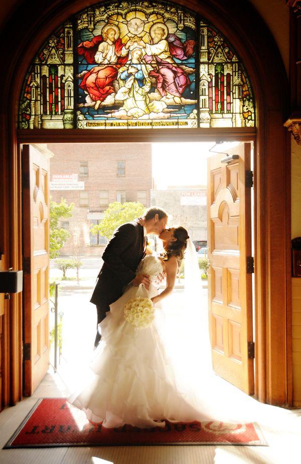 ステンドグラスの下で撮るウェディングフォト♡荘厳なウェディンの参考にしたいブライダル・結婚式のアイデア☆