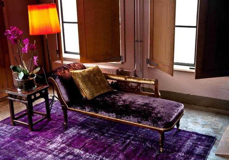 #Unieke #tapijten met de hand opnieuw #gekleurd. Ook dit #paarse #tapijt is #ontkleuren en opnieuw #geverfd.