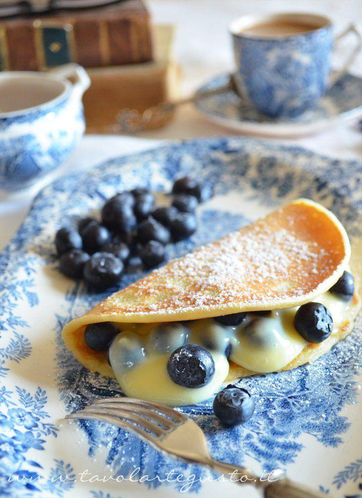 Pancakes con crema al cioccolato bianco e mirtilli http://www.tavolartegusto.it/2012/05/31/pancakes-con-crema-al-cioccolato-bianco-e-mirtilli/