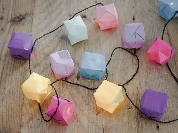 DIY-Anleitung: Die Lichterkette mit Origami-Lampions ist eine schöne Dekoration für Deinen Balkon oder die nächste Party / DIY tutorial: create this light chain with origami lanterns as a decoration for your balcony or your next summer party via DaWanda.com