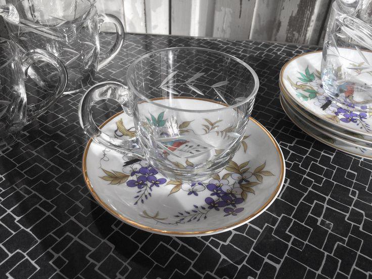 Eine wunderschöne Kombination aus sechs gläsernen Teetassen mit einem Kristallschliff in Form einer Ranke oder eines Lorbeerkranzes sowie sechs Untersetzern aus chinesischem Porzellan mit einem...
