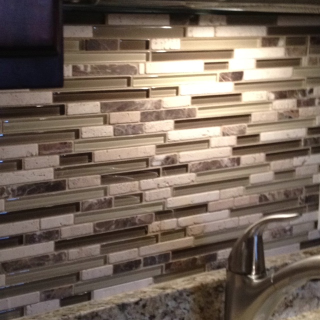 i love this back splash. when we were doing my parents kitchen and looking into wether or not they were ready for back splash, i hated this look. now i love it ..