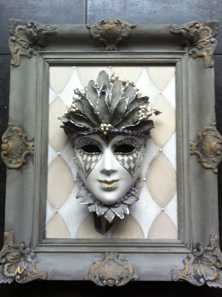 Mask decorated in grey/beige in an old restored frame. Venetiaans masker gemaakt door Cabeau.
