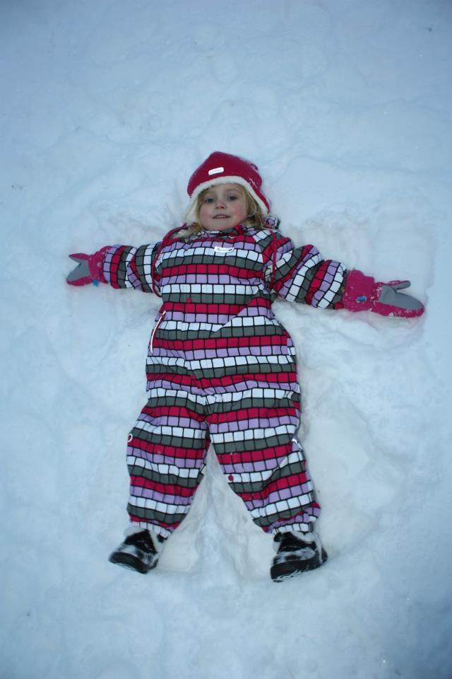 Maya 2,5 år gör en fin snöängel