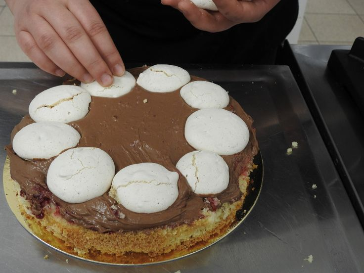 """https://flic.kr/p/CPrqbn   Przygotowanie tortu na przegląd młodzieżowych wieczorów rozrywkowych """"Blaga 2017"""".   Współfinansowany w ramach programu Unii Europejskiej Erasmus+"""