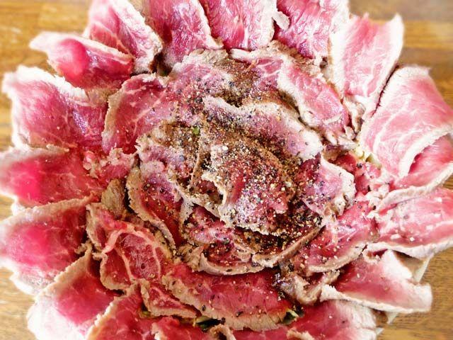 ご飯のみならず丼までレアステーキが覆い隠す「がぶ丼(肉180g)」1,400円
