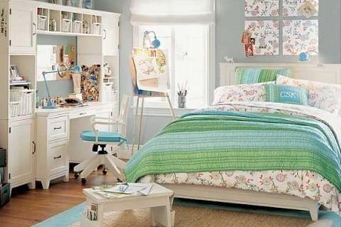 Дизайн с цветочным принтом в комнате для девочки