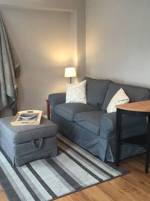 Wohnung in Killarney, Irland. Our newly renovated one bedroom bright clean and exciting apartment is in the centre of Killarney!  The National Park, Killarney House and Gardens, horse racing, cafes, restaurants and fabulous pubs are literally at your doorstep.  From the sittin...