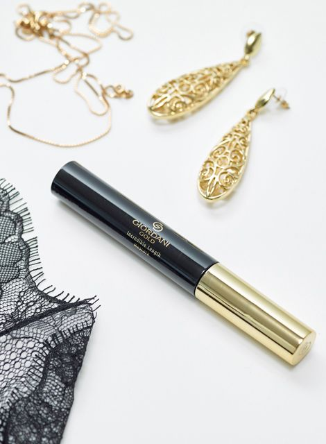 Giordani Gold Incredible Length Mascara paired with golden jewelry