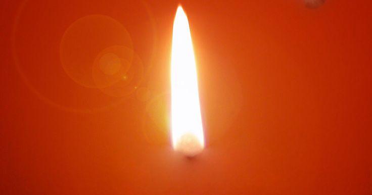 Como remover cera de vela derramada de um tapete. Aquecedores para vela são uma forma segura de derreter a cera da vela aromática sem acender o pavio. A maioria dos aquecedores consistem numa placa quente que aquece o recipiente de vidro ou cerâmica da vela, derretendo a cera gradualmente e liberando uma fragrância no ar. Mas enquanto a cera está na fase derretida se espalha facilmente, e cera ...