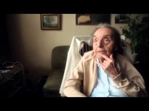 """""""La Dama del número 6"""" es una de las más inspiradoras y edificantes historias del año. A los 109 años de edad, Alice Herz Sommer, es la pianista más vieja del mundo y la más vieja sobreviviente del Holocausto. Comparte sus puntos de vista sobre cómo vivir una vida larga y feliz. Ella habla de la importancia de la música, la risa y tener una visión optimista de la vida. Dirigido por el Ganador del Oscar, Malcolm Clarke. Para ver el documental completo visite: http://www.ladyinnumber6.com/"""