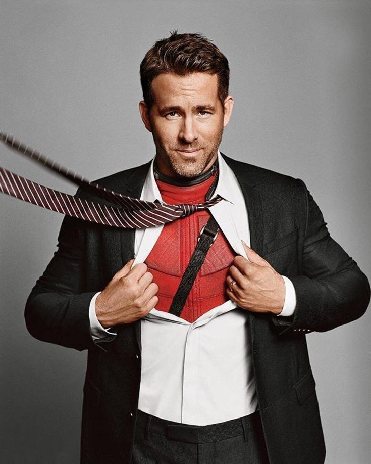 Ryan reynolds mostrando su traje de deadpool