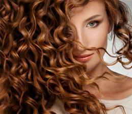 Olejowanie to zbawienny zabieg dla osób ze zniszczonymi, suchymi, niesfornymi włosami i rozdwojonymi końcówkami. Wcieranie we włosy olejków poprawia ich sprężystość, nawilża i regeneruje, a odpowiednio dobrane olejki zapobiegają wypadaniu wlosów i poprawiają stan skóry głowy. Zabieg ten od dawna wykonywany jest przez kobiety Orientu, które mogą pochwalić się pięknymi, lśniącymi, długimi włosami.