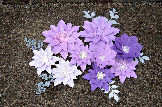 Set flores de papel de color púrpura. Hojas gratis