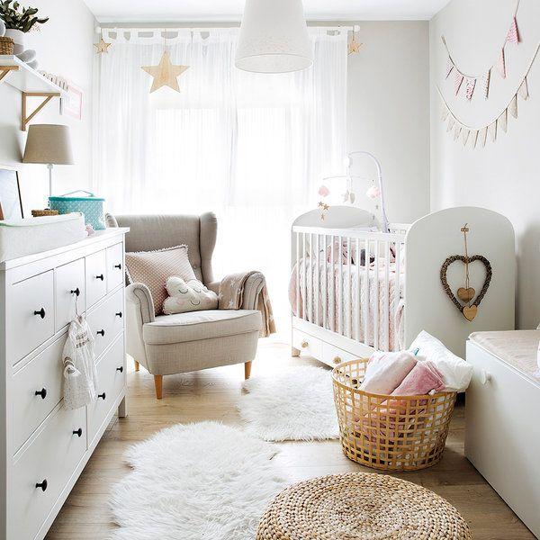 Una habitación con cuna decorada en blanco, luminosa y con detalles para copiar