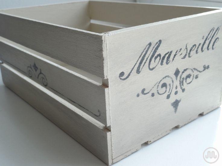 Dřevěná bedýnka natřená Jílovkou, patina a zdobení