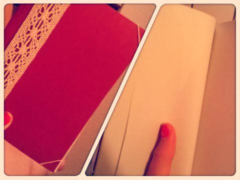 quadernino bordeaux con dettagli chiari e fogli di carta bianca