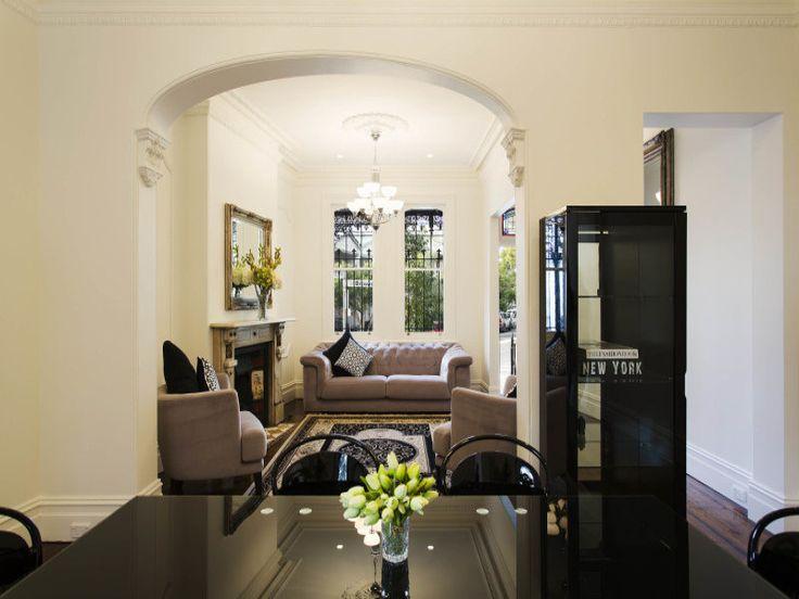 Центром передней гостиной является камин.  (викторианский,архитектура,дизайн,экстерьер,интерьер,дизайн интерьера,мебель,столовая,дизайн столовой,интерьер столовой,мебель для столовой) .