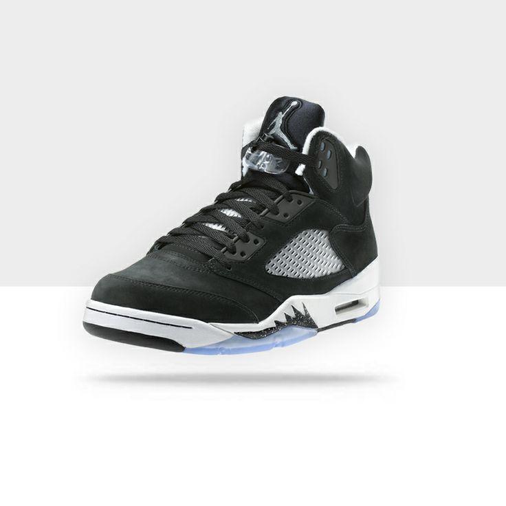 La Air Jordan 5 venne lanciata nel febbraio 1990. Presenta uno style unico creato da Tinker Hatfield (colui che diede vita alla Nike che Marty MacFly indossa nel film Back to the Future II). All'epoca vennero realizzate quattro colorazioni di Air Jordan 5: due di queste avevano il 23, numero di Jordan, sul lato.