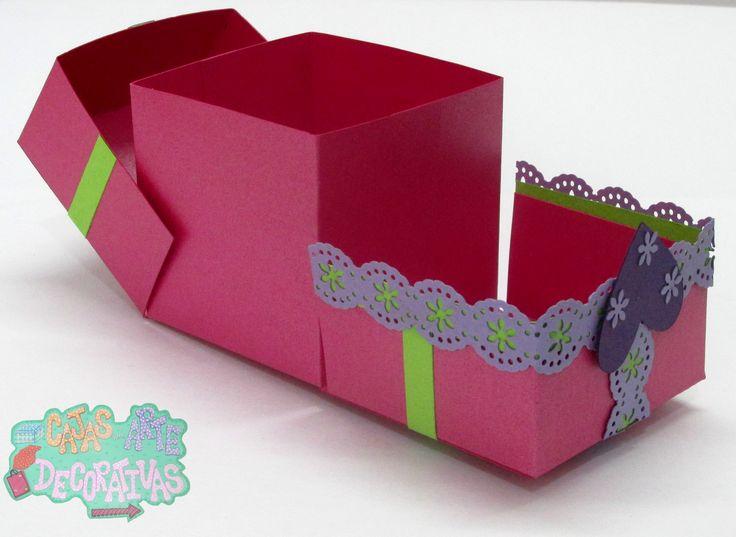 Caja rosada en cartulina que tiene una abertura muy particular que permite que guardes muy bien tus detalles donde sus tapas lateral se despliegan a los lados y tienen unas cintas que permiten su amarre !