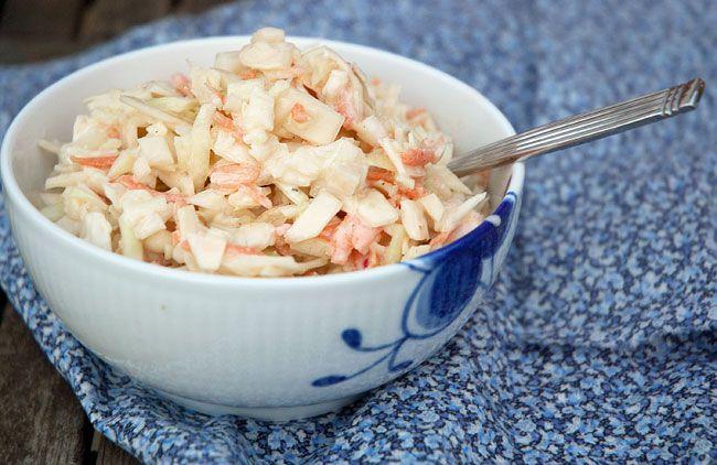 Prøv den lækre opskrift på hjemmelavet coleslaw som er perfekt tilbehør til hjemmelavede burgere og grill samt pulled pork og spareribs