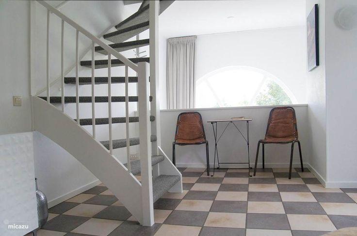 woonkamer, zitje aan balustrade