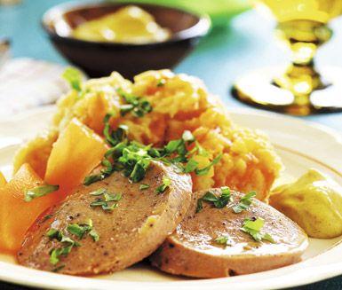 En förträffande god vardagsrätt som kommer att uppskattas av hela familjen. Kålrot, morot, och potatis mosas tillsammans till det fluffiga rotmoset och serveras med kryddig köttkorv.