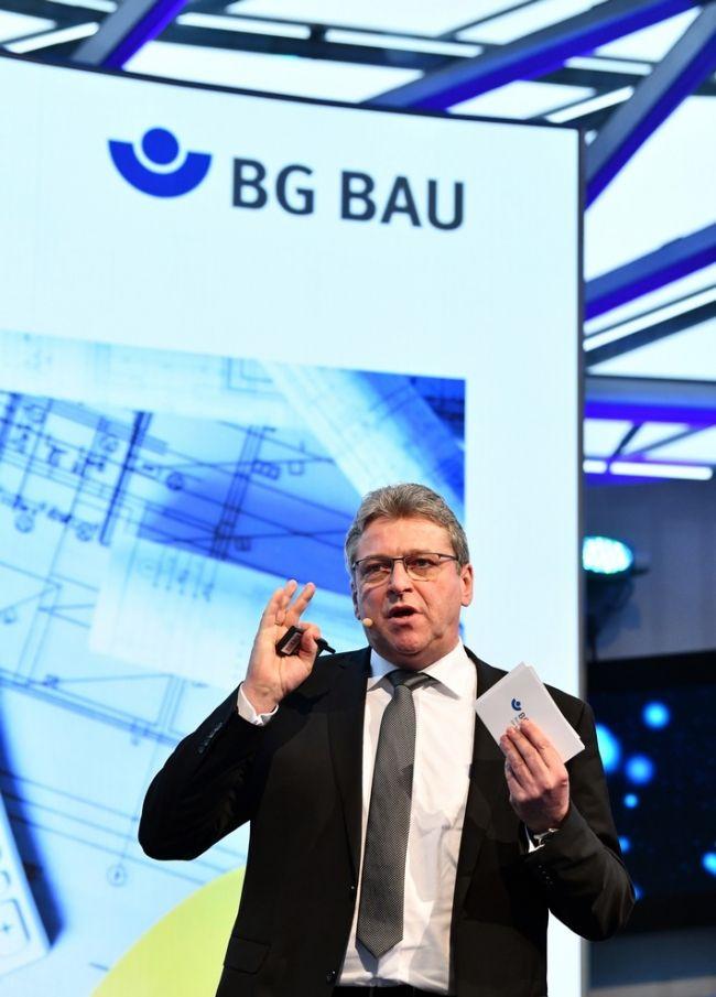 """Klaus-Richard Bergmann: """"Arbeitsplätze am Bau müssen sicherer werden""""  Die vollständige #News finden Sie in unserem kostenfreien Immobilienportal unter: https://www.immobilienanzeigen24.com/artikel/bau-und-immobiliennachrichten/klaus-richard-bergmann-arbeitsplaetze-am-bau-muessen-sicherer-werden/208.html  #Artikel #Mitteilung #ots #Bild #Arbeit #Unfall #DACH+HOLZ #Messen #Gesundheit #Arbeitsunfall #Bau #Arbeitssicherheit #Berlin"""