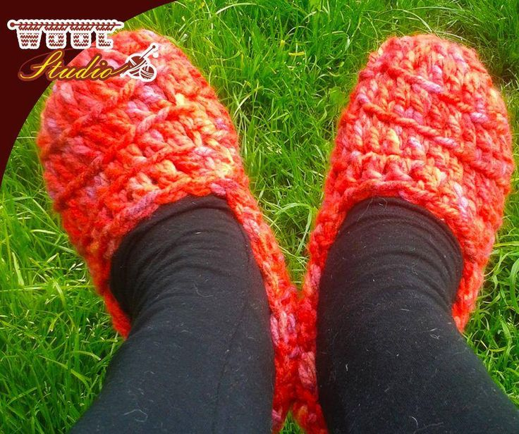 Great a last minute gift! Try these quick and easy #crochet slippers, they are really comfy and perfect for the cold nights, for full pattern click here: http://ablog.link/35l. #Yarnaddict #WoolStudio