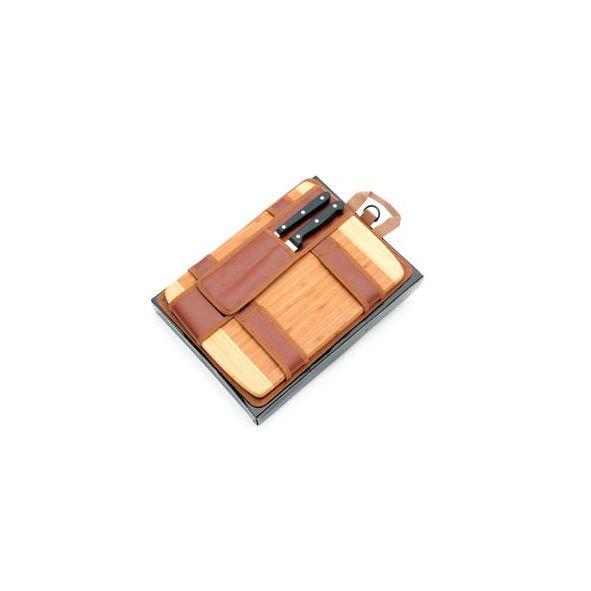 COD.VN033 Cuchillo y tenedor parrilleros. Empuñadura que integra mango y hoja. Mango de pom negro con tres remaches. Material: Stainless steel. Tabla de bamboo combinada en dos tonos. Estuche de cuero ecológico de color marrón. Con broche de velcro. Medidas de la tabla: 26 x 35 cms. Medidas del estuche: 27.5 x 35.5 cms.