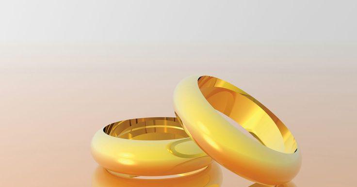 Como calcular a quantidade de ouro puro em jóias de 10K,14K e 18K. O ouro 100% puro é chamado de ouro 24 quilates, abreviado como 24K. A maioria das joias é feita com ligas que a fortalecem, mas que reduzem o teor de ouro. Antes de vender uma peça quebrada ou que não queira mais pelo valor de ouro, você precisa calcular a pureza da joia.