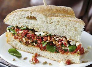 Sandwich van Turks brood, feta en geroosterde paprikasalade