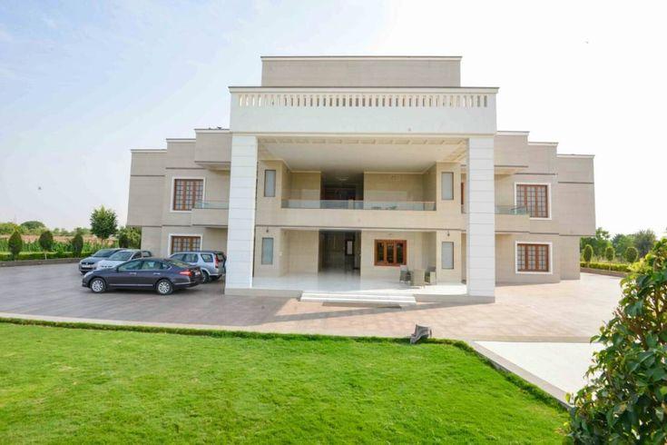 ¿Te imaginas tener el lujo y confort de un hotel de cinco estrellas en tu casa? Todo el glamour y elegancia que podemos encontrar tanto en estos hoteles como en las más lujosas mansiones alrededor del mundo, fueron trasladados al diseño de una majestuosa casa en Jodhpur, India, en la cual los diseñadores de S.S. Design Studio crearon un espectacular proyecto para la familia Sukhani justo en el corazón de la ciudad. Extendiéndose sobre un amplia área de 15,000 pies cuadrados, esta mansión…