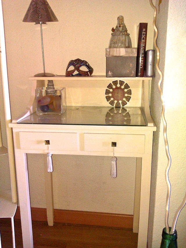 Como pintar un mueble en blanco envejecido: Mueble pintado en blanco roto. El original era un mueble de madera en crudo.