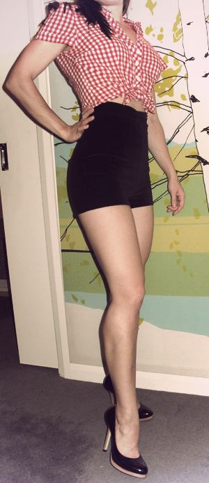 http://www.burdastyle.com/projects/vixen-high-waisted-pin-up-short-shorts?image=78821
