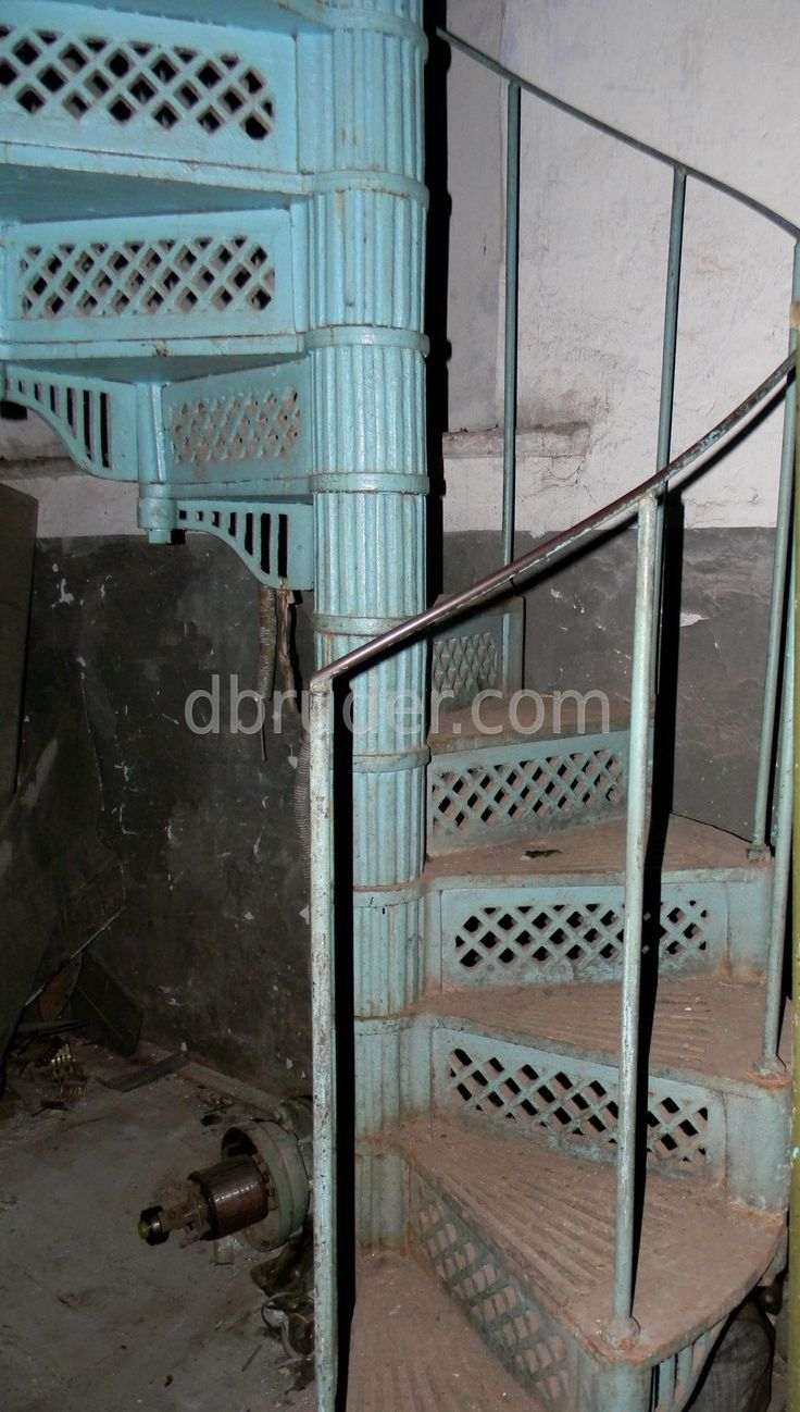 Антикварная чугунная винтовая лестница лофт